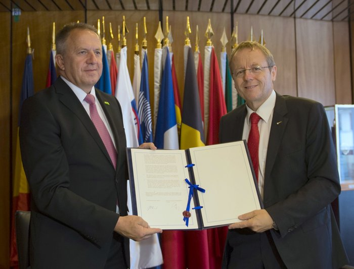 SLOVENIA SIGNS ASSOCIATION AGREEMENT